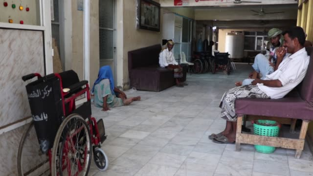 yemeni patients with kidney failure undergo dialysis at a dialysis center in a hospital on february 06, 2018 in hodeidah, yemen. according to the... - human kidney点の映像素材/bロール