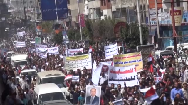 vídeos y material grabado en eventos de stock de ta'izz yemen february 25 yemeni people march in the streets of ta'izz to protest against shiite houthi movement's intervention on the country's... - montaje documental