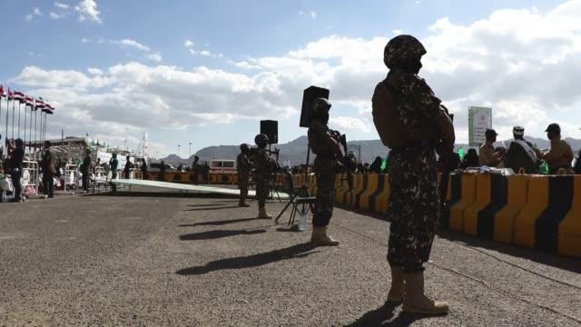 yemeni soldiers guard while people celebrate the birthday of the islam's prophet muhammad on november 20, 2018 in sana'a, yemen. - イエメン点の映像素材/bロール