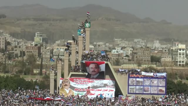 vidéos et rushes de yemeni supporters of the former president ali abdullah saleh gather at al-sabeen square to protest the saudi-led coalition marking one year of the... - affiche