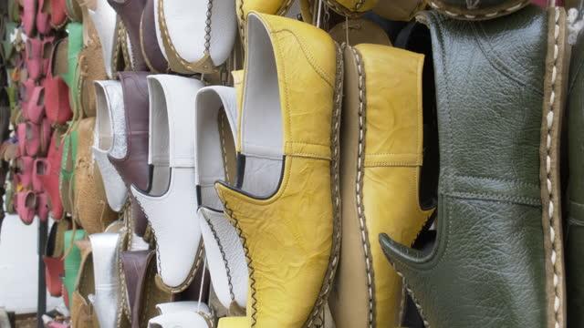 vídeos y material grabado en eventos de stock de zapatos de cuero yemeníes, tradicionales hechos a mano en gaziantep - piel de animal