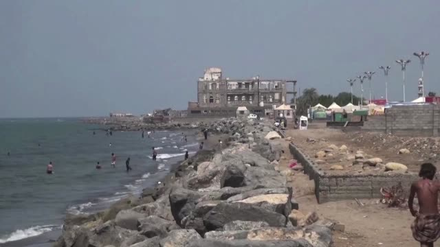 yemenis head to beach and markets during a lull in the violence in the rebel held port city of hodeida after nearly two weeks of intense fighting... - rotes meer stock-videos und b-roll-filmmaterial