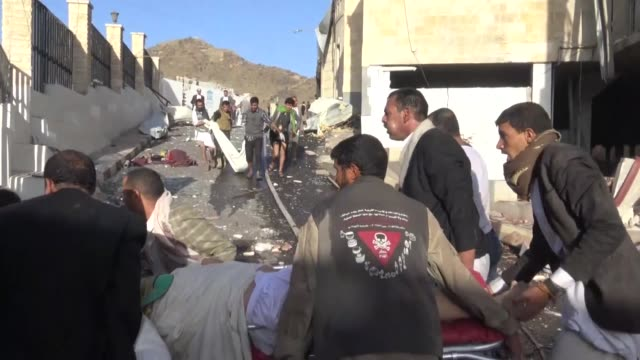 vídeos de stock e filmes b-roll de yemenis search for victims and rescue survivors amid the rubble of a destroyed building reportedly hit by saudiled airstrikes in sanaa yemen on... - ataque aéreo