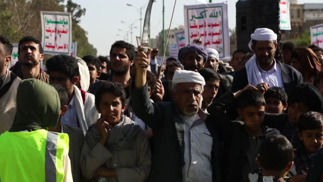 yemen's houthi supporters rally against the ongoing war and blockade on october 04, 2019 in sana'a, yemen. - war stock-videos und b-roll-filmmaterial