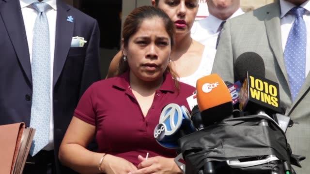 vídeos y material grabado en eventos de stock de yeni gonzalez fue arrestada y separada de sus tres hijos en la frontera sur estadounidense el 19 de mayo - ee.uu