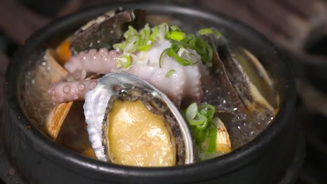 yeonpotang (korean soups made of octopuses) boiling in a pot (korean food) - mollusco video stock e b–roll