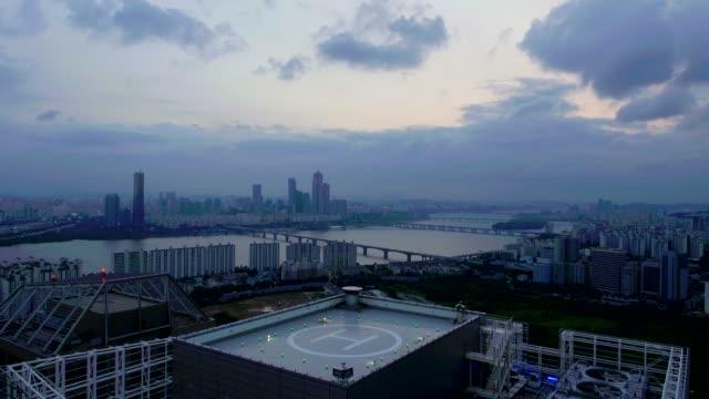 yeouido cityscape with han river from helipad at yongsangu / seoul, south korea - hubschrauber landeplatz stock-videos und b-roll-filmmaterial