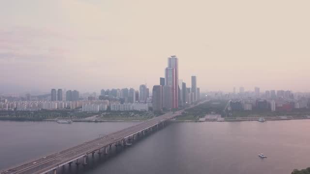 stockvideo's en b-roll-footage met yeouido financial district and mapodaegyo bridge over han river at sunset / yeongdeungpo-gu, seoul, south korea - straatnaambord