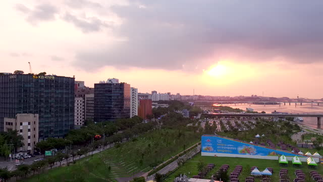 yeouido park and nearby downtown along han river / yeongdeungpo-gu, seoul, south korea - fensterfront stock-videos und b-roll-filmmaterial