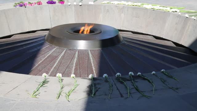 vidéos et rushes de yerevan, tsitsernakaberd (armenain genocide) memorial to the victims of the armenian genocide - souvenirs