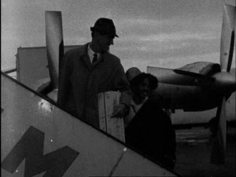 london lap edmund hillary and sherpa khumto chumbi pose on steps of plane ms ditto neg 16mm brennards 17secs 105 ft tx 291260/555 pm 21932 - itv evening bulletin stock videos & royalty-free footage
