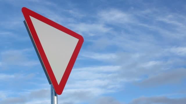 利回りのサイン - 道を譲る点の映像素材/bロール