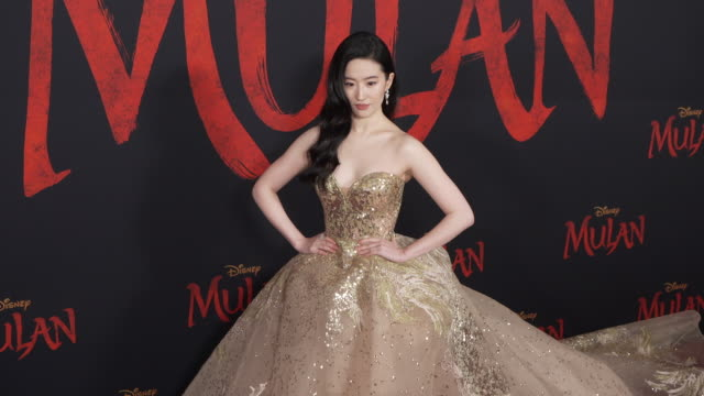 stockvideo's en b-roll-footage met yifei liu at the world premiere of disney's mulan - première