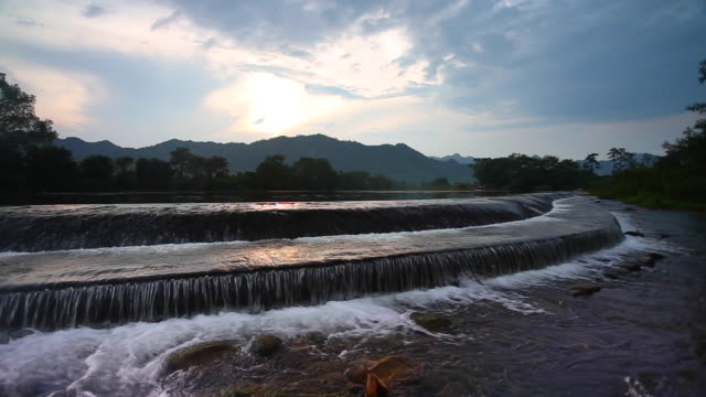 vídeos de stock e filmes b-roll de yijiang river in lingui,guilin,china - rebento de bambu