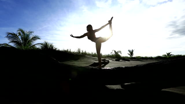 yoag balancing pose on a beach - costa rica video stock e b–roll