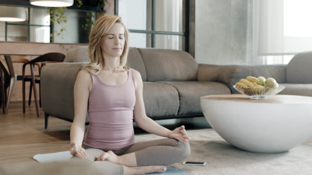 vidéos et rushes de yoga à la maison - assis en tailleur