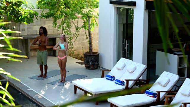 vídeos y material grabado en eventos de stock de yoga en nuestra lujosa villa vacacional - pareja heterosexual