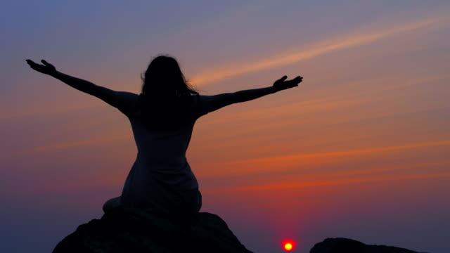 yoga bei sonnenuntergang - gleichgewicht stock-videos und b-roll-filmmaterial