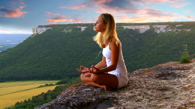 yoga bei sonnenuntergang - lotussitz stock-videos und b-roll-filmmaterial