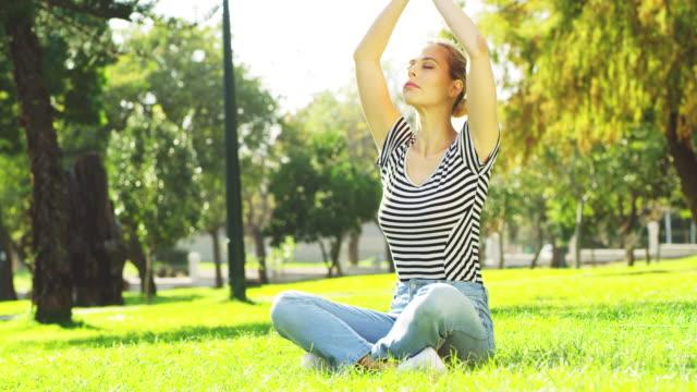 yoga tar mig tillbaka till mig - endast en ung kvinna bildbanksvideor och videomaterial från bakom kulisserna