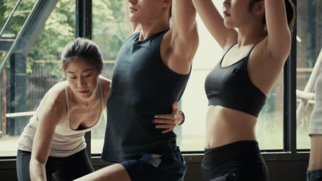 yoga-kurs im zimmer - yogastudio stock-videos und b-roll-filmmaterial