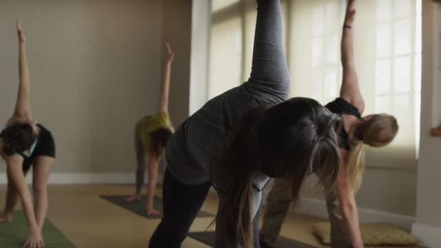 ms pan yoga class / orem, utah, usa - orem video stock e b–roll
