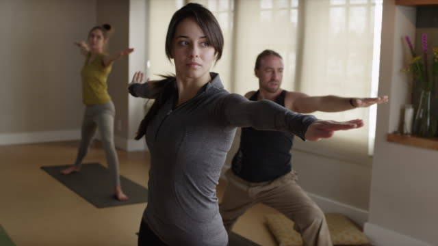stockvideo's en b-roll-footage met ms pan yoga class / orem, utah, usa - benen gespreid