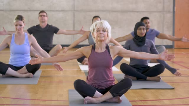 stockvideo's en b-roll-footage met yoga klasse gebed pose - mindfulness
