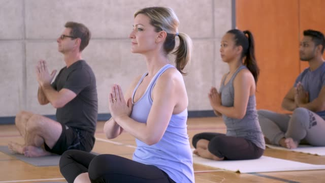 yoga klasse gebet pose - yogastudio stock-videos und b-roll-filmmaterial