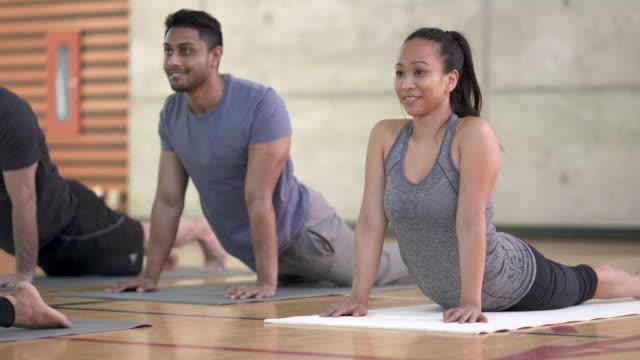 yoga class - yogastudio stock-videos und b-roll-filmmaterial
