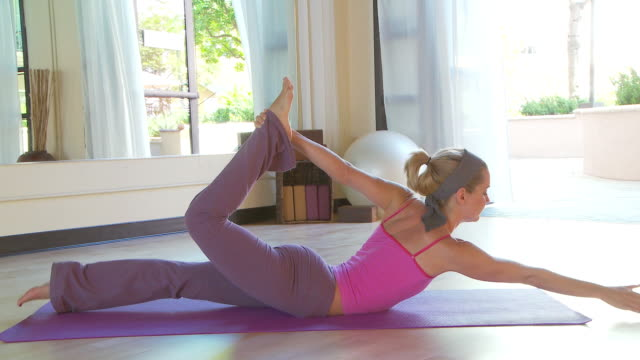 yoga class - 弓のポーズ点の映像素材/bロール
