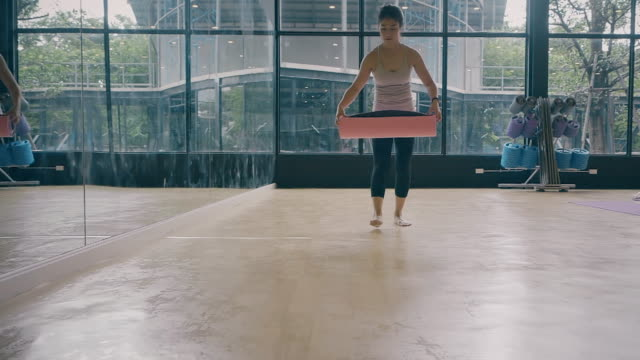 yoga-kurs mit trainer. - trainingsraum wohnraum stock-videos und b-roll-filmmaterial