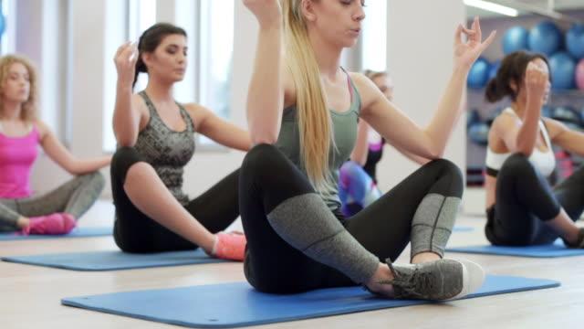 yoga/ debica/ poland - postura video stock e b–roll
