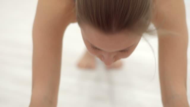 vídeos y material grabado en eventos de stock de sesiones de yoga ejercicio chica joven atractiva con. - imagen virada
