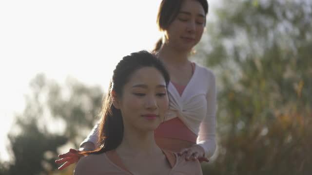 vídeos y material grabado en eventos de stock de yoga in city - yoga instructor and young woman having yoga class in the sunlight - brazo humano