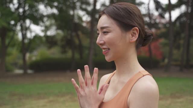 vídeos y material grabado en eventos de stock de yoga in city - yoga instructor doing namaste gesture - sin mangas
