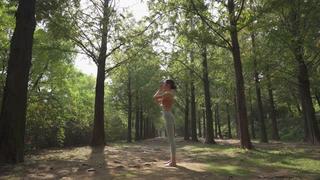 vídeos y material grabado en eventos de stock de yoga in city - yoga instructor doing yoga in nature - sin mangas