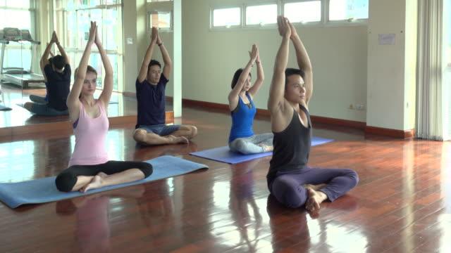 vídeos de stock, filmes e b-roll de yoga no ginásio - instrutor de fitness