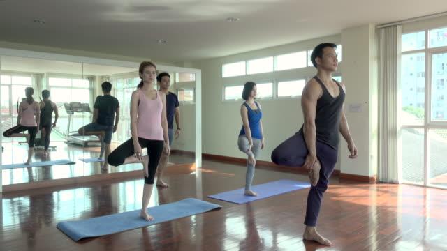 vídeos y material grabado en eventos de stock de yoga en la gimnasio - centro de yoga