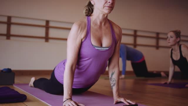Yoga-instructeur demonstreren voor studenten
