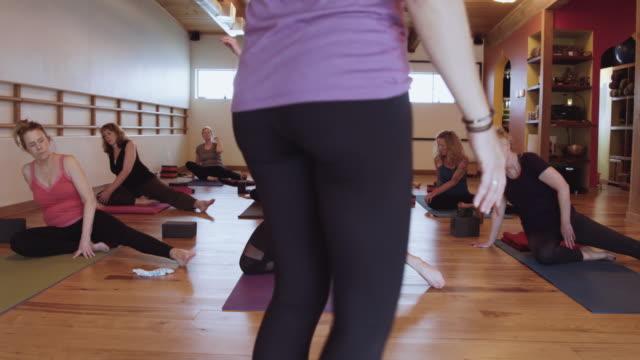 vídeos y material grabado en eventos de stock de que pose de yoga instructor - mejora personal