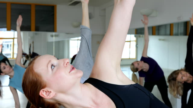vídeos y material grabado en eventos de stock de instructora de yoga explicando a las mujeres en el club de salud - mujeres de mediana edad