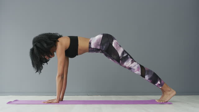 vídeos y material grabado en eventos de stock de el yoga es bueno para la mente y el cuerpo - fondo gris