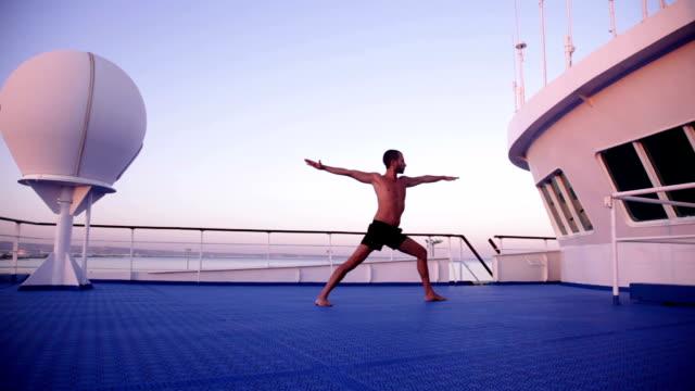 vídeos de stock e filmes b-roll de ioga no navio à noite-parsvakonasana e bhujangasana - navio de passageiros