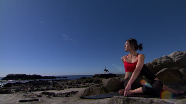 vídeos de stock, filmes e b-roll de yoga on the shore - self discipline
