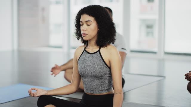 vídeos y material grabado en eventos de stock de el yoga tranquiliza tu mente y tu cuerpo - centro de yoga
