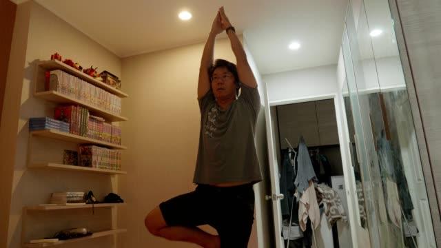 vídeos y material grabado en eventos de stock de yoga relajación en casa mientras lockdown - vriksha asana