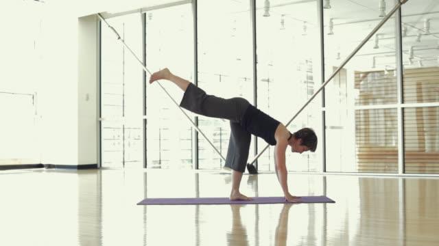 ws ds yoga student practicing yoga in yoga studio / vancouver, british columbia, canada - auf einem bein stock-videos und b-roll-filmmaterial