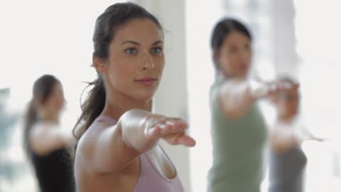vídeos de stock, filmes e b-roll de cu pan yoga students practicing yoga in yoga studio / vancouver, british columbia, canada - 35 39 anos