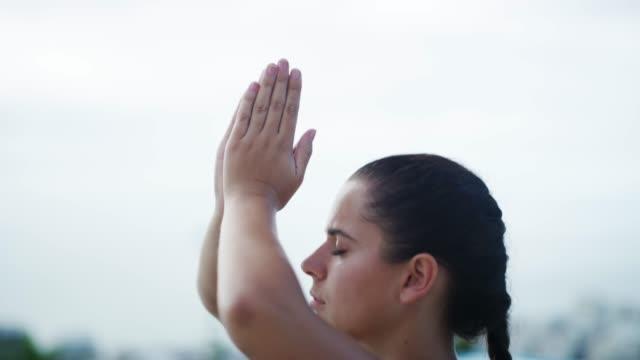 yoga lehrt mich so viel über das leben - gleichgewicht stock-videos und b-roll-filmmaterial